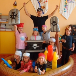 Nalodění pirátských kluků a holek na plavbu první třídou